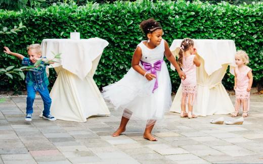 Bruidsfotografie van Danny en Chantal - de spelende kinderen in Slot Zuylen