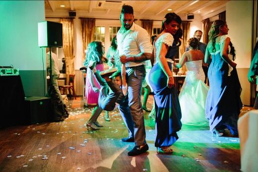 Multiculturele hindoestaanse nederlandse bruidsfotografie trouwreportage huwelijk bruiloft loveshoot van Savitrie en Emile in Utrecht