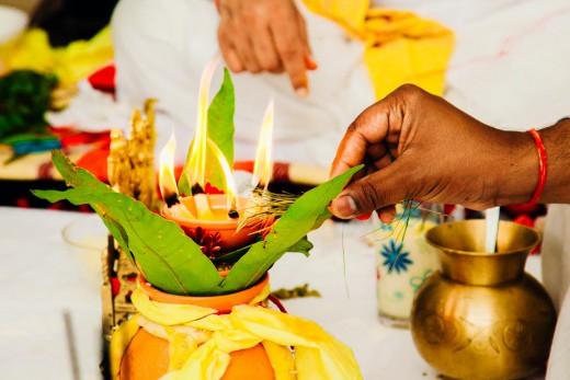 Multiculturele hindoestaanse nederlandse bruidsfotografie trouwreportage huwelijk bruiloft en de rituelen tijdens bhatwaan en vivaah