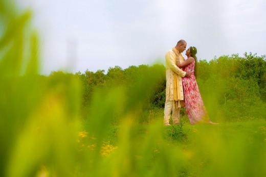 Hindoestaanse bruidsfotografie trouwreportage huwelijk bruiloft loveshoot van Shveta en Vasant in strand Kijkduin